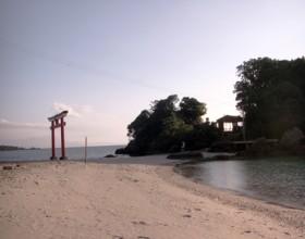 海岸で夕陽を眺める - 荒平天神 -